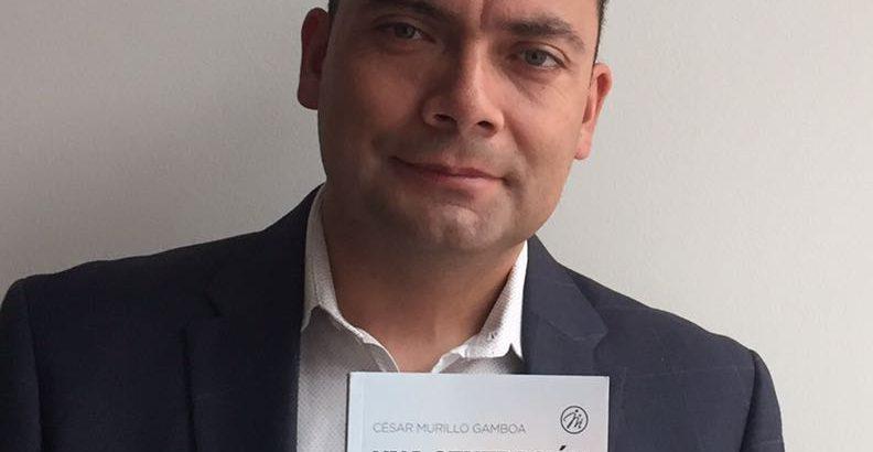 Pastor Cesar Murillo con el Periodico Valores Cristianos